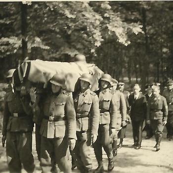 begrafenis Duitse soldaat, dragers met kist en volgers