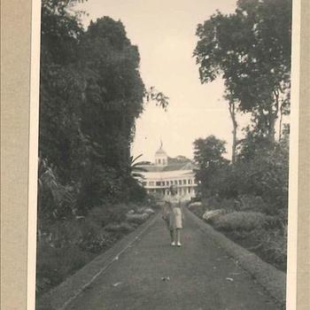 Tuin met paleis in Nederlands-Indië