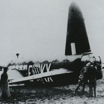 """Foto wrak neergeschoten Britse Vickers Wellington bommenwerper. tekst: """"Wellington, serial L-7788, code KX-E van het 311e Squadron. Na een noodlanding nabij Leidschendam in de nacht van 23/24-9-'40. De gehele czechische bemanning overleeft het en wordt krijgsgevangen gemaakt""""."""