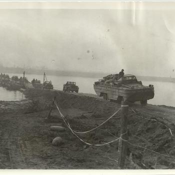 Envelop 19: Spyck Rheinbrücken ( Eisenbahn), US 9th Army voertuigen met supply en manschappen steken een rijnbrug over, 27 maart 1945 Wesel of Duisburg