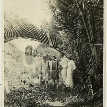 drie vrouwen en een man in een tropische tuin, Ned. Indië