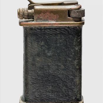 aansteker, zwart van kleur, gevonden op de Ginkelse Heide door Bill Fone bij de vijfentwintigste herdenking van de slag om Arnhem