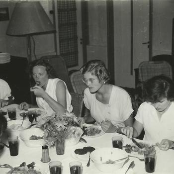 Nederlands-Indië; Marva, vrouw, maaltijd