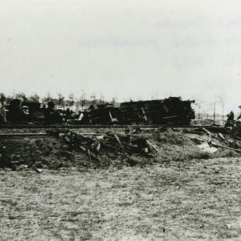 """Foto ontspoorde trein. Tekst achterop; """"Door Ned. troepen vernielde Duitse pantsertrein bij Mill (N.B.) 10-5-1940. Foto via Joop Thuring""""."""