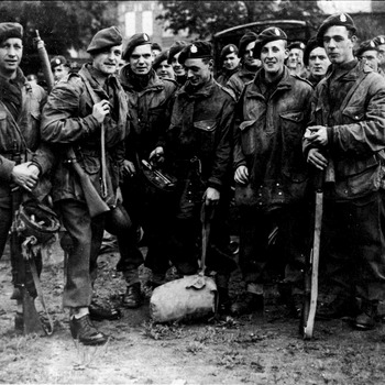 Groepsfoto Nederlandse of Canadese soldaten, locatier en datum onbekend