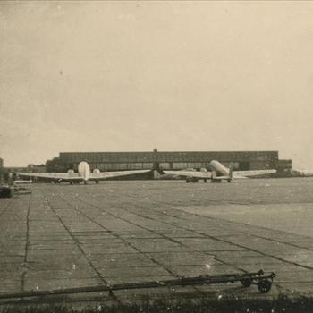 3 vliegtuigen, Douglas DC2 of DC3 op vooroorlogs Schiphol