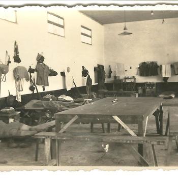 Zaal met tafels en mannen slapende op uitklapbedden, Tjimahi 14 juli 1947, waarschijnlijk KNIL, Nederlands Indië