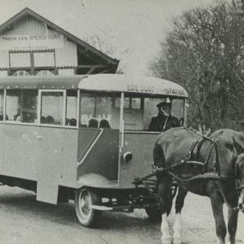 """Foto bus met paardentractie Ede dorp - station. Tekst achterop: """"paardetram in de oorlog""""."""