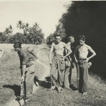 Indië; militairen met mijndetector in Nederlandsch Indië