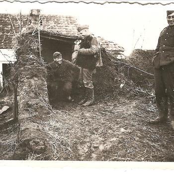 Duitse miliairen in ruïne nabij Russische boerderij
