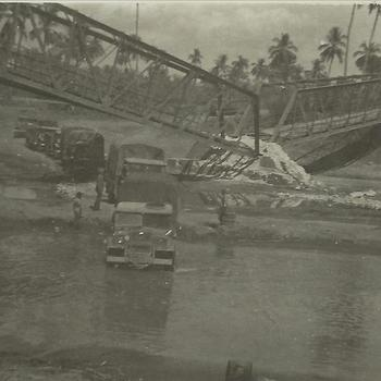 Indië na WO 2; Sumatra, kapotte brug, militaire voertuigen, kali