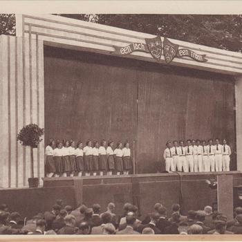 """Fotodruk van het koortje t.g.v. de uitvoering het toneelstuk """"Van Tyrannie tot Vrijheid"""" in 1945 te Terborg."""