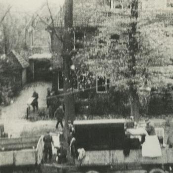 "Foto Duitse militairen die huizen leeghalen in Arnhem. Tekst achterop: ""Arnhem: leeghalen van huizen, Sept. 1944""."