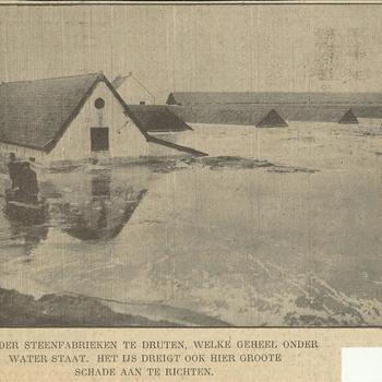 een der steenfabrieken te Druten, welke geheel onder water staat. Het ijs dreigt ook hier grote schade aan te richten     15 februari 1940