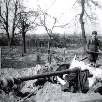 Britse militairen bij uitgeschakeld Duits 75mm Pak 40 anti-tank kanon