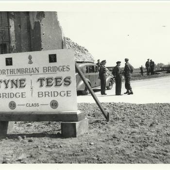Envelop 21 : Rheinbrücke Rees; Montgomery juni 1945 bij Rijnbrug met een engels bord er voor, Rees