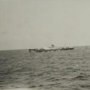 Nederlands Indië; militair, schip, schoorsteen met zwarte rook