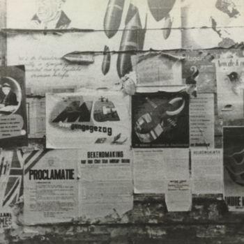 Foto muur met affiches na de bevrijding. Tekst achterop: geen.
