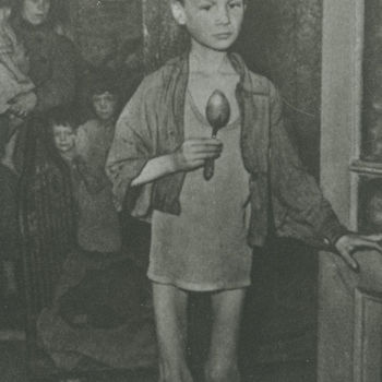 Foto jongen in hemdsmouwen met lepel in de hongerwinter. (Cas Oorthuys).