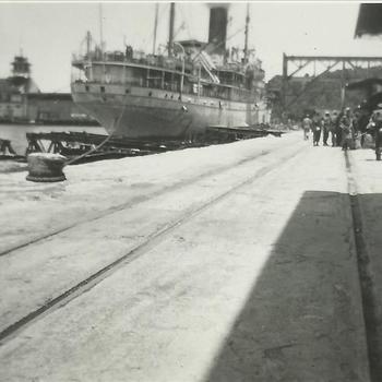 Ned. Indië na WO 2; schip, afgemeerd, kade, militair