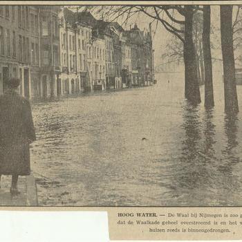 hoog water,  De Waal bij Nijmegen is zoo gestegen dat de Waalkade geheel is overstroomd en het water de huizen reeds is binnengedrongen    1 december 1939