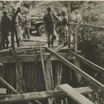 Ned. Indië na WO 2; brug, kapot, militair, voertuig