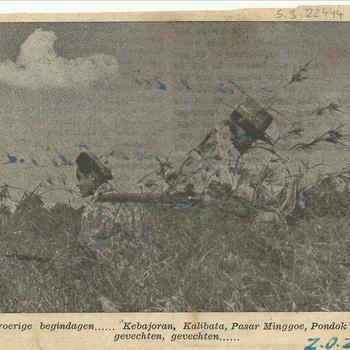 foto 2 soldaten in hoog gras, achterop staat KNIL, november 1945