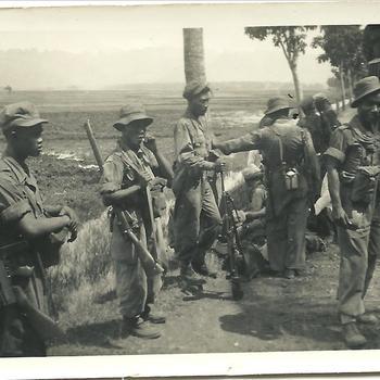 Indonesische soldaten, locatie onbekend, Nederlands Indië