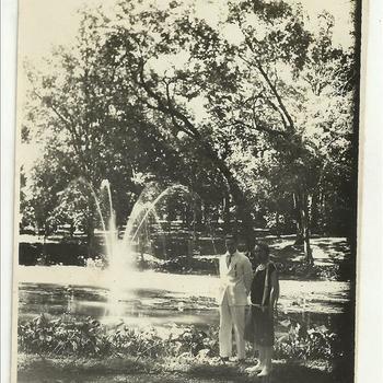 vrouw en man in tropische tuin, Nederlands Indië