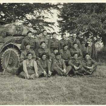 Groep Engelse soldaten voor tank in Nederland