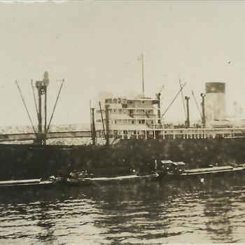 Nederlands Indië; schip, kade, binnenvaartschepen