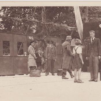 """Fotodruk van de scene van de Jodendeportatie tijdens uitvoering het toneelstuk """"Van Tyrannie tot Vrijheid"""" in 1945 te Terborg."""