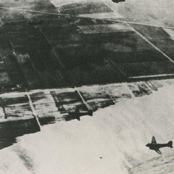 """Foto van C-47 Dakota transportvliegtuigen boven geïnundeerde polder. Tekst achterop: """"C-47 Dakota's boven geïnundeerd gebied in west Nederland tijdens operatie Market Garden 17-9-44 -  26-9-44""""."""