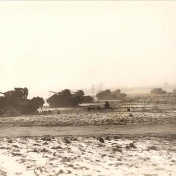 Sherman tanks in open veld die vuren