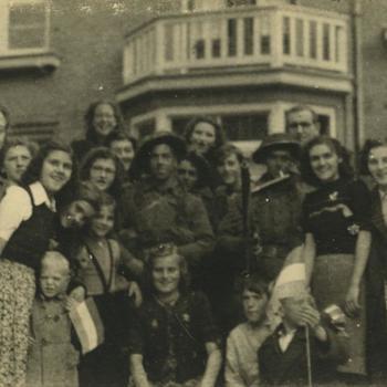 Nederlands Bevrijding; juichende burgers met Britse militairen