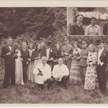 """Fotodruk van de spelersgroep van het toneelstuk """"Van Tyrannie tot Vrijheid"""" in 1945 te Terborg."""