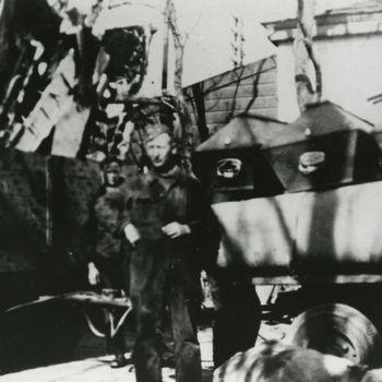 """Foto Duitse militair voor wagen met wrakstukken en doodkisten. Tekst: """"Oldenbroek 1942""""."""