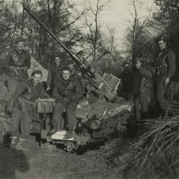 Britse en Canadese militairen bij 40mm Bofors kanon