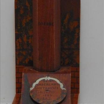 Boekensteunen, hout, Grebbeberg,  met tekst