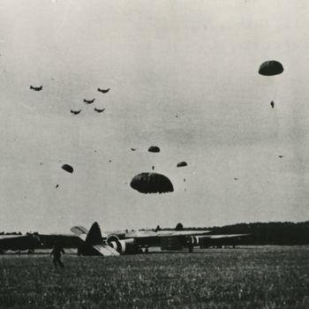 """Foto van landing parachutisten van 1 Parachute Brigade bij Wolfheze. Tekst achterop: """"Middag 17-9-44 Landing 1st Airbornes tussen Wolfheze-Heelsum""""."""