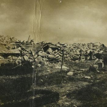 WO I; puinhopen met begraafplaats