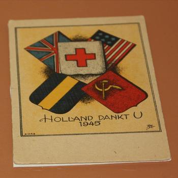 "postkaart tekst: ""Holland dankt u"" met de vlaggen van Engeland – Amerika Rusland – onbekend en het Rode kruis."