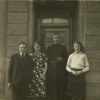 man en twee vrouwen, Rooms-Katholiek geestelijk, deuropening