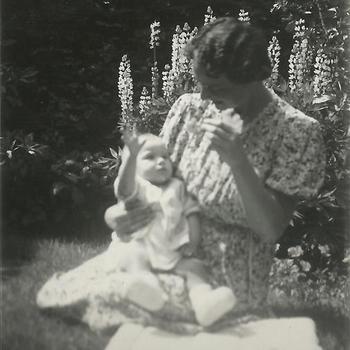 Joosten collectie: vrouw, baby, tuin, lupine