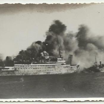 schip S.S. Statendam omringt door rook