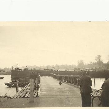 pontoon brug naar een schip, Roermond, 23 augustus 1945
