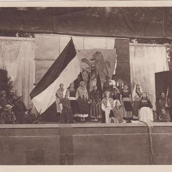 """Fotodruk van de slotscene van het toneelstuk """"Van Tyrannie tot Vrijheid"""" in 1945 te Terborg."""