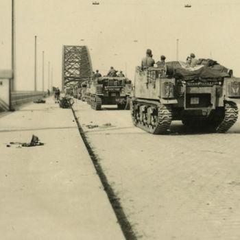 Foto Britse Sexton 25-ponder gemechaniseerde kanonnen op de Waalbrug.