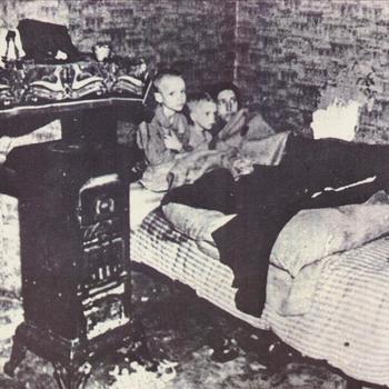 twee kinderen en vrouw in bed