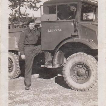 Foto van een Canadese soldaat bij een vrachtwagen
